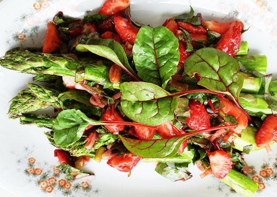 Sałatka ze szparagów z truskawkami